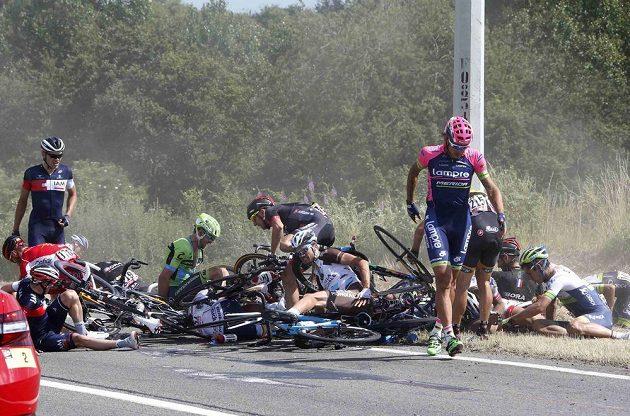 Hromadný karambol ve 3. etapě Tour de France.