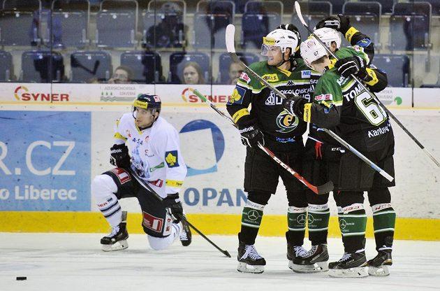 Hráči Karlových Varů se radují z gólu proti Liberci.