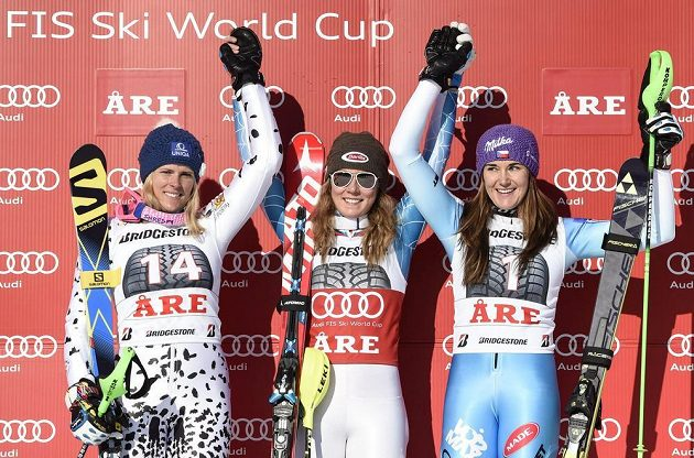 Tři nejlepší ze slalomu SP v Aare. Zleva druhá Slovenka Veronika Velez-Zuzulová, vítězka Mikaela Shiffrinová z USA a třetí Šárka Strachová.
