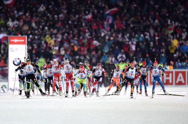 Start závodu smíšených štafet v Novém Městě na Moravě.