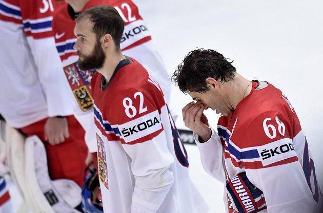 Zklamaný Jaromír Jágr (vpravo) a Michal Vondrka po semifinále s Kanadou.