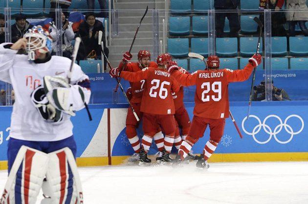 Hráči OSR se radují z branky ve čtvrtfinále olympijského turnaje proti Norsku.