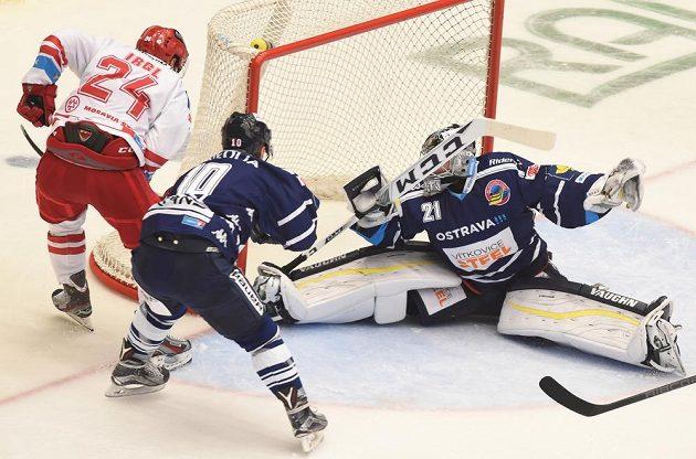 Třinecký útočník Zbyněk Irgl (vlevo) střílí druhý gól. V brance Vítkovic je Pavel Kantor, uprostřed obránce Jan Štencel.