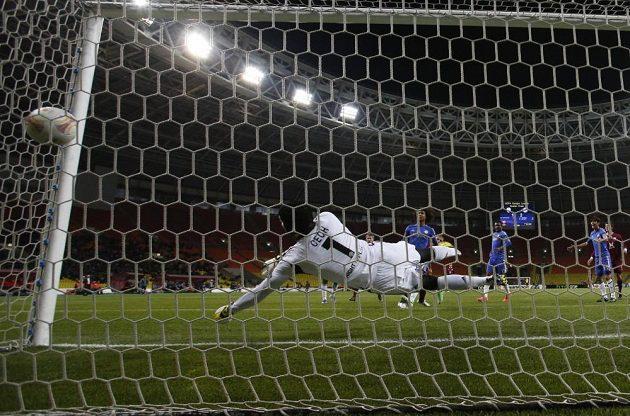 Petr Čech v brance Chelsea inkasuje gól po hlavičce Gökdenize Karadenize z Kazaně.