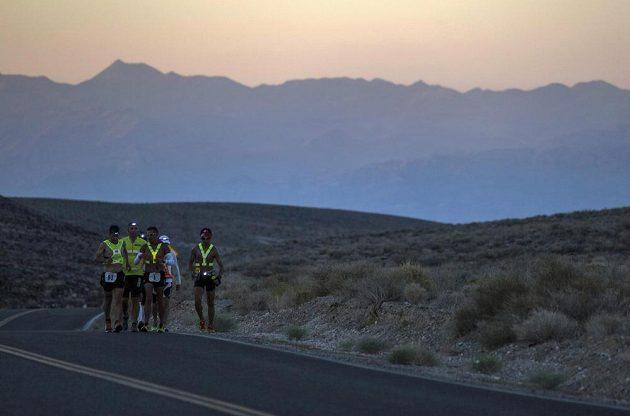 Čelové lampy, reflexní vesty. Účastníci ultramaratónu Badwater pokračují v závodu i během nastupující noci.