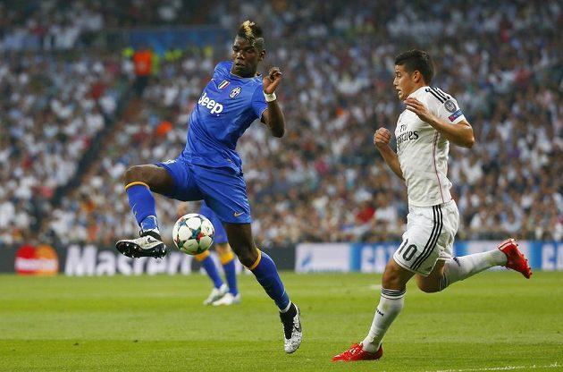 James Rodriguez z Realu (vpravo) brání Paula Pogbu z Juventusu.