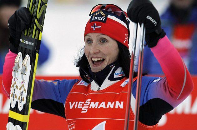 Norská běžkyně na lyžích Marit Björgenová slaví vítězství v Toblachu.