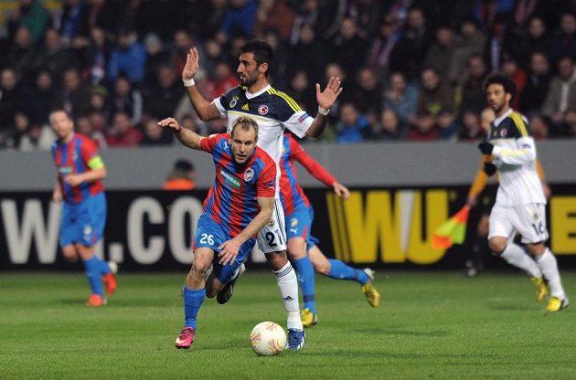 Plzeňský záložník Daniel Kolář (vpředu s číslem 26) se snaží uniknout Selcuku Sahinovi z Fenerbahce Istanbul v úvodním osmifinálovém utkání Evropské ligy.
