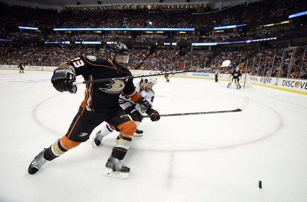 Pravé křídlo Anaheimu Ducks Jakob Silfverberg (33) a Antoine Vermette (80) z Chicaga během druhého duelu finále Východní konference play off NHL.