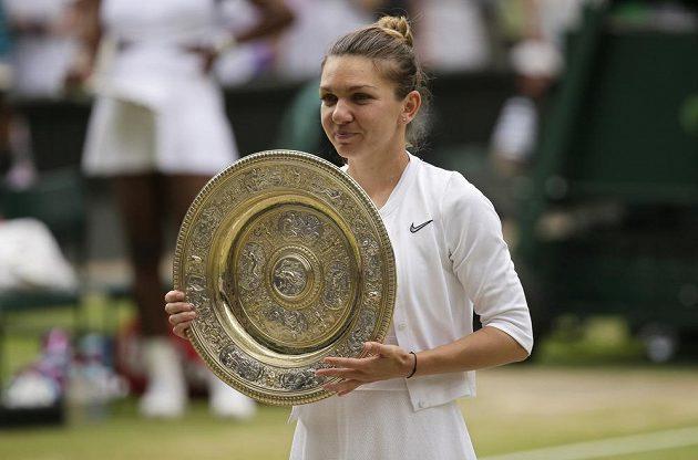 Simona Halepová s talířem pro vítězku Wimbledonu