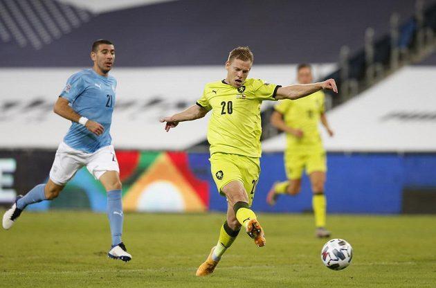 Matěj Vydra střílí druhý gól českého týmu v utkání Ligy národů v Izraeli.