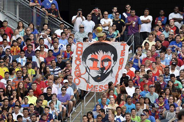 Transparent, který vyrobili američtí fanoušci na exhibici Lionela Messiho.