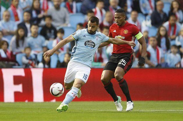 Akci Jonathana Castra Otta z Viga pečlivě sleduje Antonio Valencia z Manchesteru United.