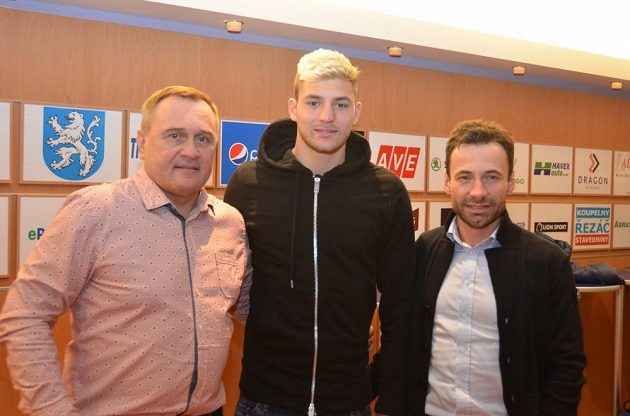 Patrizio Stronati (na snímku uprostřed vedle šéfa mladoboleslavského fotbalu Josefa Dufka a Viktora Koláře ze Sport Investu) přišel do mužstva Středočechů na roční hostování.