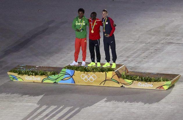 Tři nejlepší maratónci vyhlášení při zakončení OH: zlatý Keňan Eliud Kipchoge, stříbrný Feyisa Lilesa z Etiopie a bronzový Američan Galen Rupp.
