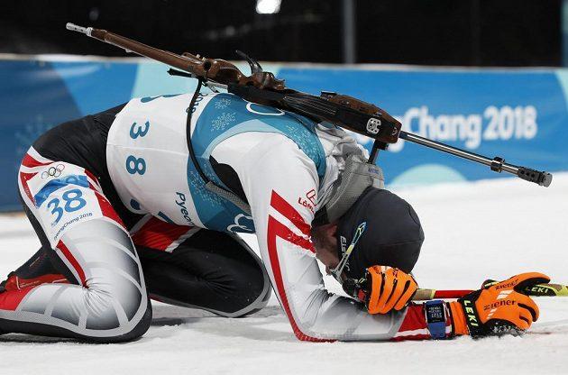 Vyčerpaný Dominik Landertinger z Rakouska v cíli individuálního závodu.