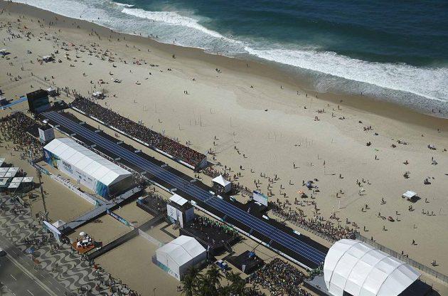 Atletická dráha vyrostla přímo na slavné pláži Copacabana.