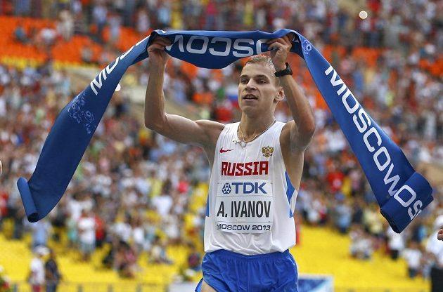 Ruský chodec Aleksandr Ivanov v cíli závodu na 20 kilometrů na MS v Moskvě.