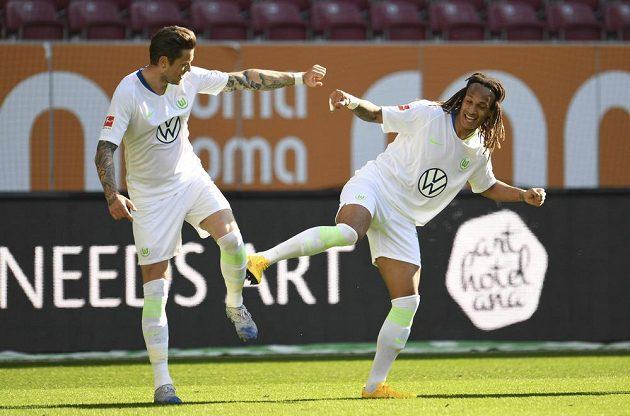 Nezvykle slavili gól i Daniel Ginczek (vlevo) a Kevin Mbabu z Wolfsburgu.