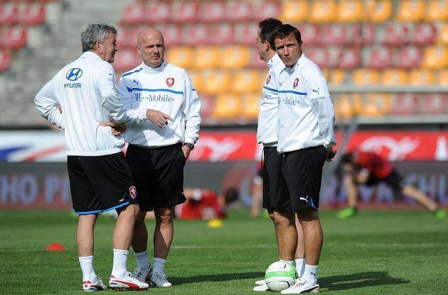 Realizační tým české fotbalové reprezentace (zleva): Josef Pešice, Michal Bílek, Tomáš Galásek a Vladimír Šmicer.