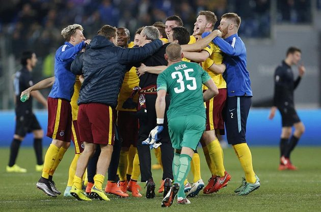 Sparťané oslavují postup do čtvrtfinále Evropské ligy.