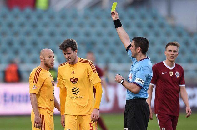 Rozhodčí Martin Nenadal ukazuje žlutou kartu Marku Hanouskovi z Dukly (druhý zleva).