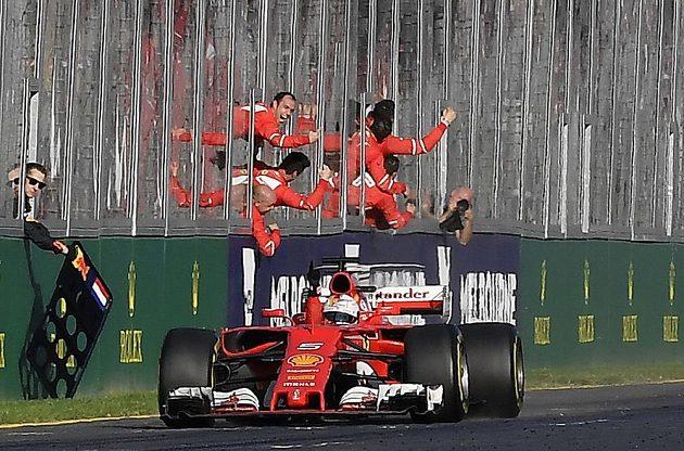 Sebastian Vettel z týmu Ferrari projel jako první cílem ve VC Austrálie.