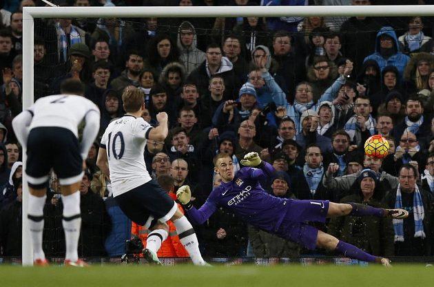 Útočník Tottenhamu Harry Kane proměňuje pokutový kop v zápase 26. kola anglické Premier League proti Manchesteru City.