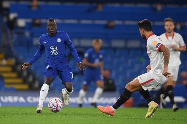 N'Golo Kante (vlevo) z Chelsea v akci v utkání Ligy mistrů proti Seville.