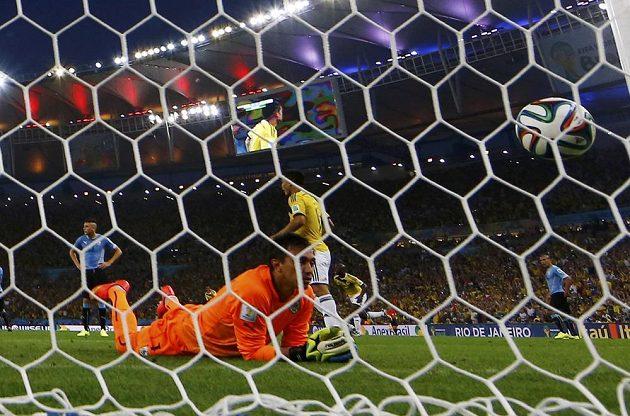 Uruguayský brankář Fernando Muslera jen smutně registruje balón ve své síti.