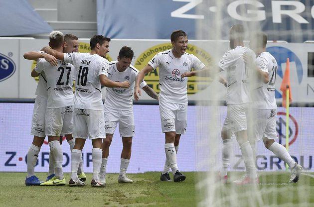 Fotbalisté Slovácka se radují z vítězného utkání.
