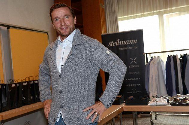 Manažer české reprezentace Vladimír Šmicer si vyzkoušel také módní svetřík.