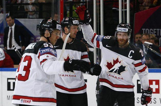 Kanadská radost po gólu na 2:0. Českého gólmana Petra Mrázka překonal na mistrovství světa Mike Matheson.