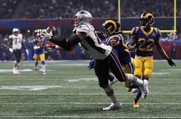 Rob Gronkowski z týmu New England Patriots chytáí míč během Super Bowlu.