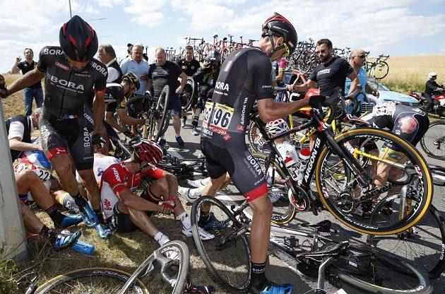 Do pádu se zapojilo víc než dvacet cyklistů.