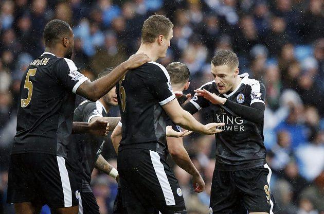 Robert Huth oslavuje se spoluhráči úvodní branku do sítě Manchesteru City.
