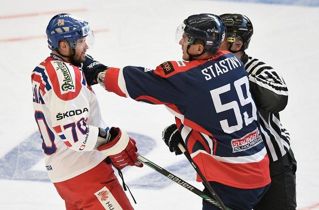 Radek Smoleňák (vlevo) z českého týmu a Slovák Andrej Šťastný během přípravného utkání v Jihlavě.