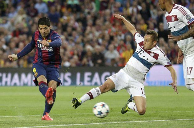 Luis Suárez zkouší střelecké štěstí, brání ho Rafinha z Bayernu.