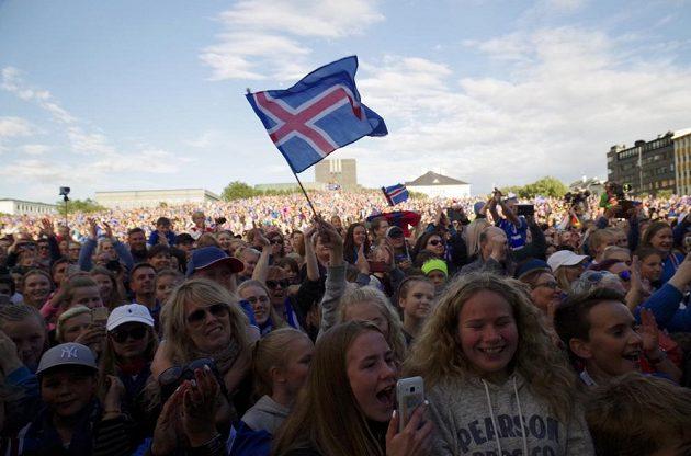 Natěšení islandští fanoušci vítali své fotbalové hrdiny doma.
