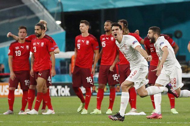 Španělé slaví postup do semifinále EURO. Fotbalisté Gerard Moreno a Jordi Alba se radují po vyhraném penaltovém rozstřelu nad Švýcarskem.