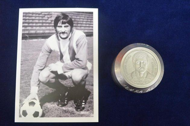 Antonín Panenka na archivním snímku vedle vlastní zlaté mince.