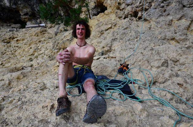 Světové lezecké eso Adam Ondra si užívá pohodu ve skalách.