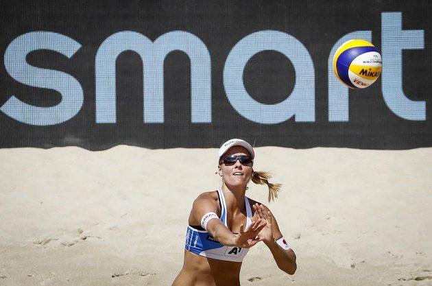 Markéta Nausch Sluková při podání během osmifinálového zápasu s USA.
