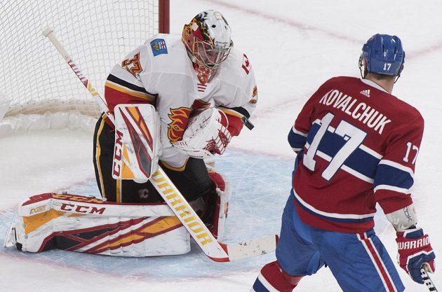 Útočník Montrealu Canadiens Ilja Kovalčuk sleduje, jak český gólman Calgary Flames likviduje jeho střelu.