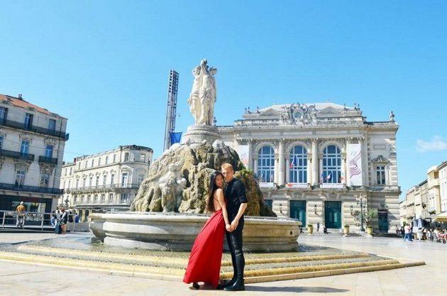 Obránce Lukáš Pokorný s manželkou u velké kašny na náměstí Place de la Comédie v Montpellier.