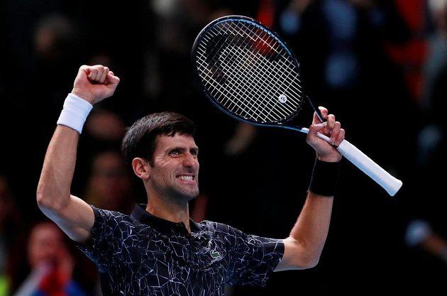 Srbský tenista Novak Djokovič slaví, zahraje si finále Turnaje mistrů.