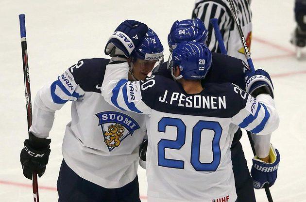 Finský hokejista Jyrki Jokipakka (vlevo) oslavuje se svými spoluhráči gól proti USA na MS v Ostravě.