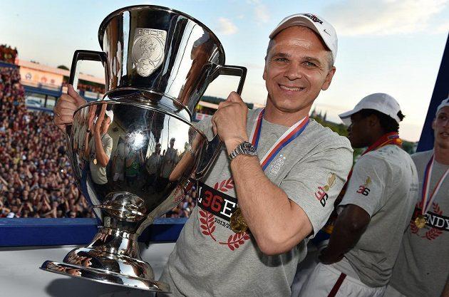 Trenér Sparty Vítězslav Lavička s pohárem pro mistra ligy.