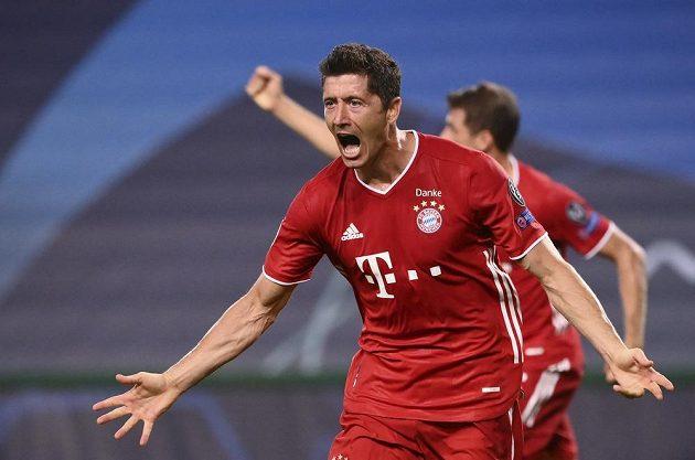 Kanonýr Bayernu Robert Lewandowski právě dal razítko na postup do finále Ligy mistrů třetím gólem svého týmu do sítě Lyonu.