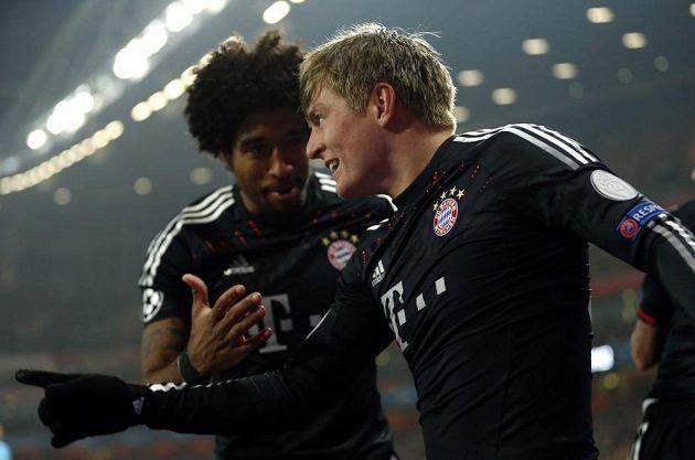 Toni Kroos (vpravo) z Bayernu se raduje z první trefy v utkání Ligy mistrů proti Arsenalu.